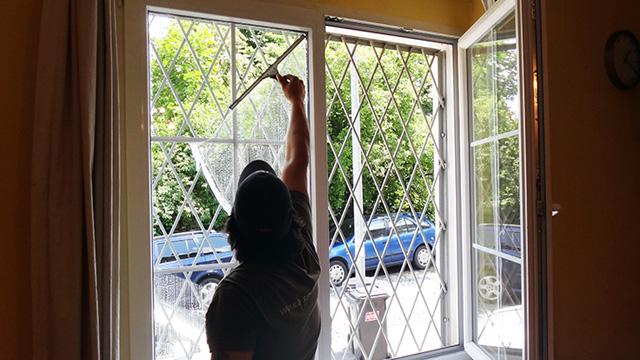 Čištění a mytí výloh, oken i ve výškách