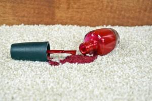 odstranění laku na nehty z koberce